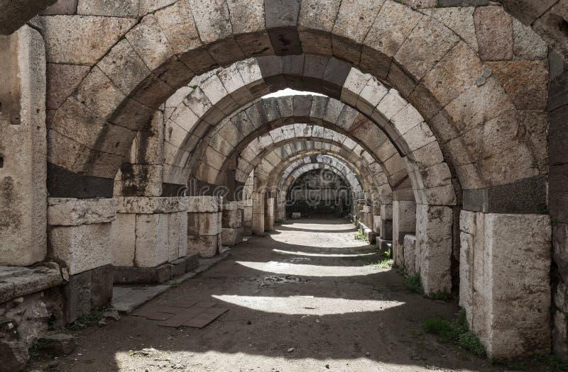 有弧和专栏的,伊兹密尔空的走廊 库存图片