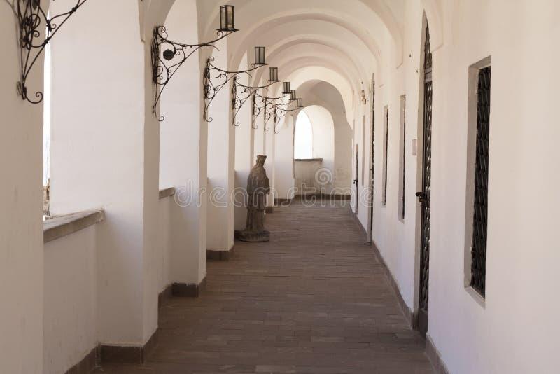 有弧照片的走廊 Palanok城堡 穆卡切沃 库存图片