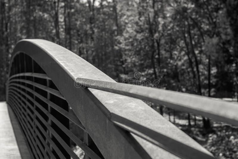 有弯曲的金属栏杆的桥梁 免版税库存照片