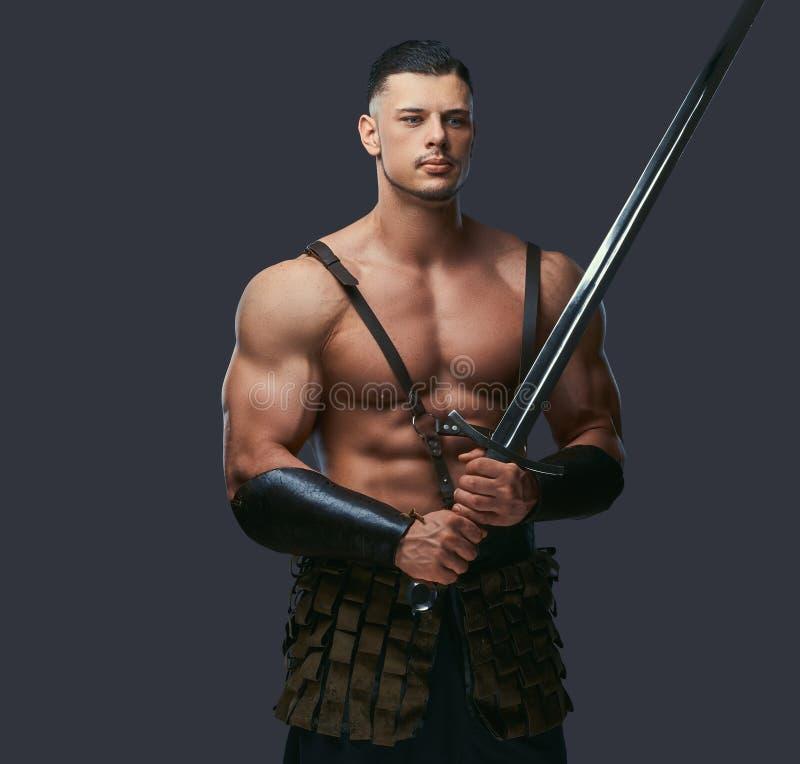 有强健的身体的残酷古希腊战士在争斗制服 免版税库存图片