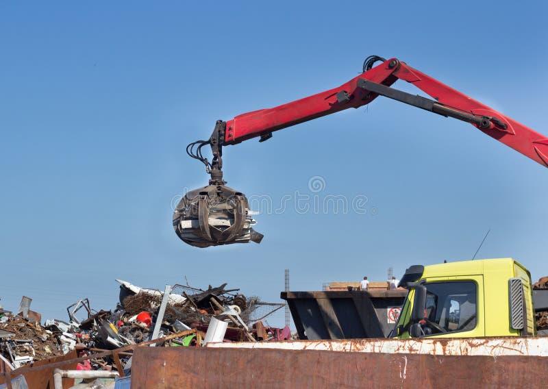 有强夺者的金属废料围场 免版税库存图片