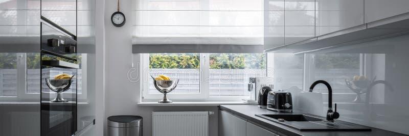 有当代家具的狭窄的厨房 库存图片