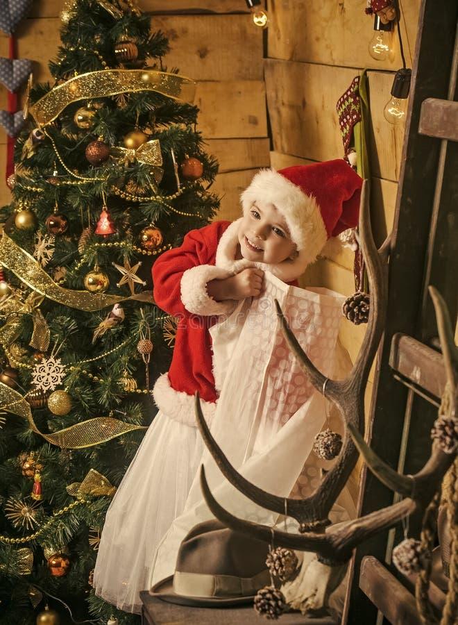 有当前大袋的圣诞节愉快的孩子 免版税库存照片