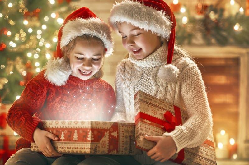 有当前礼物盒的女孩 免版税库存照片