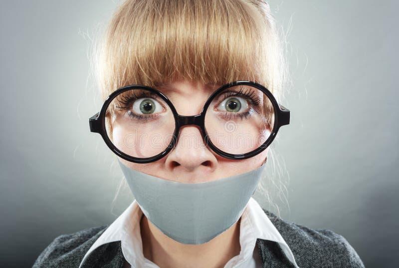 有录音被关闭的嘴的害怕的妇女 审查 免版税库存照片