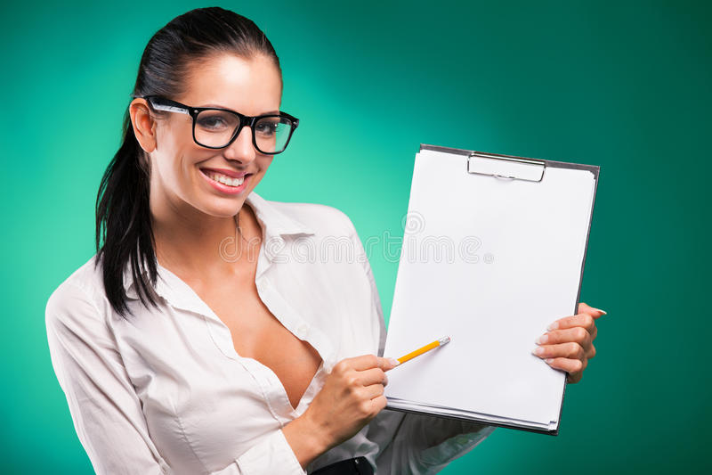 有形式和铅笔的年轻女商人 免版税库存照片