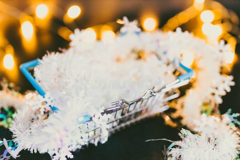 有彩色小灯和圣诞节诗歌选bokeh里面射击的光亮的手推车在浅景深 免版税库存图片