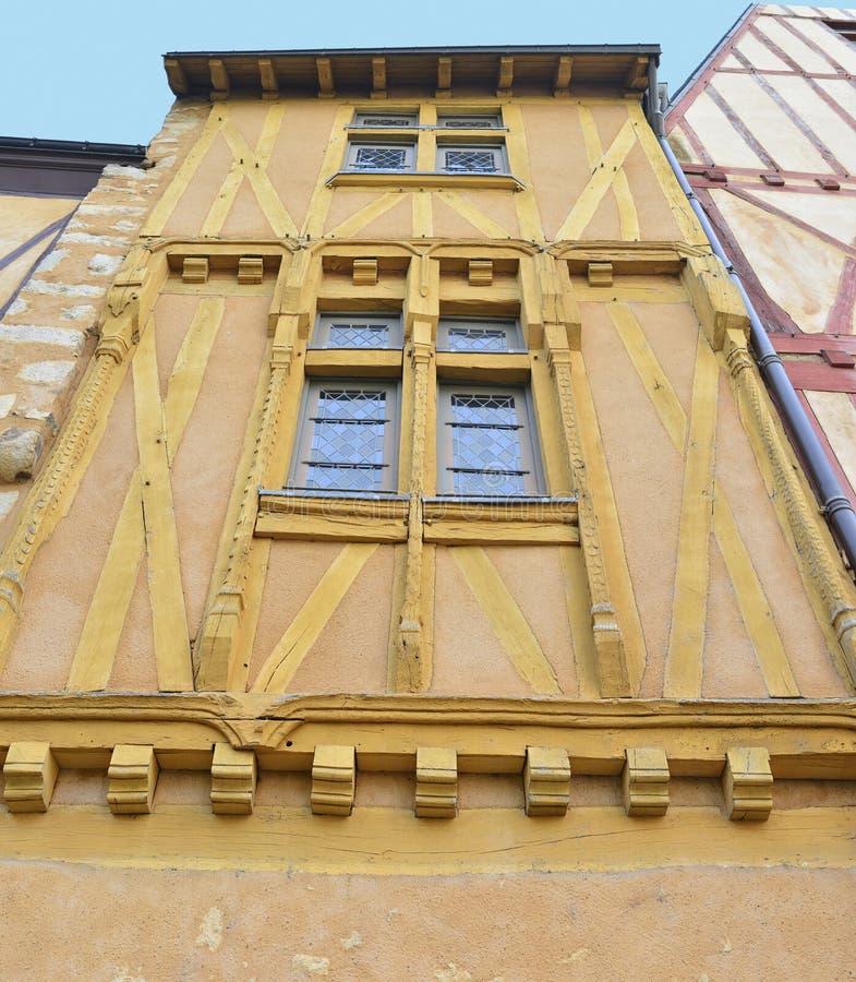 有彩色玻璃窗的半木料半灰泥的房子 库存照片