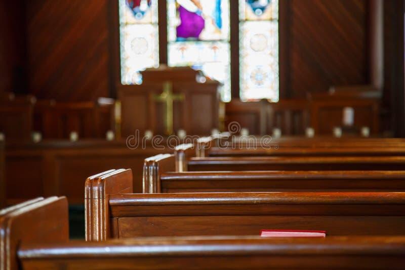 有彩色玻璃的教会座位在讲坛之外 库存照片