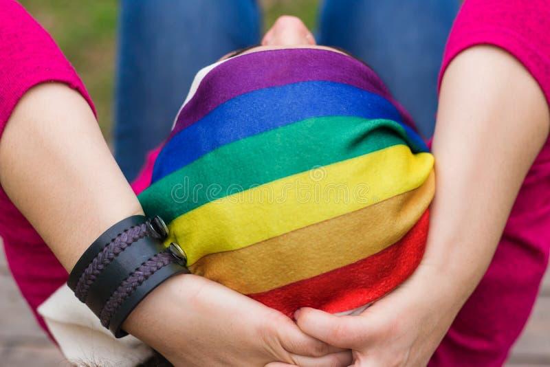 有彩虹方巾的妇女 免版税库存照片