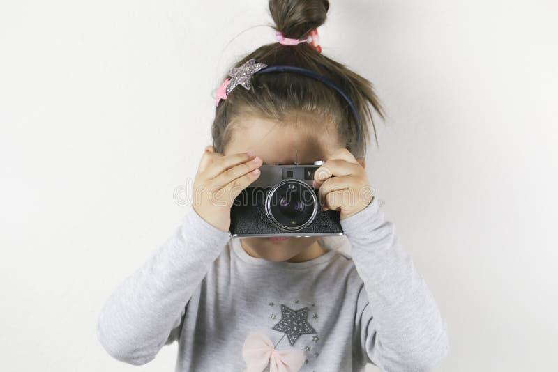 有影片照相机的小女孩 免版税图库摄影