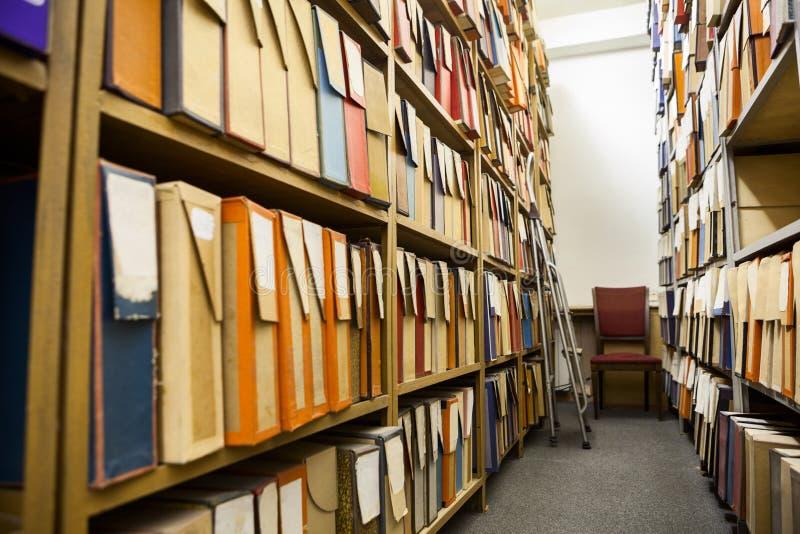有很多纸板箱的技术档案室充分细部图 免版税库存图片