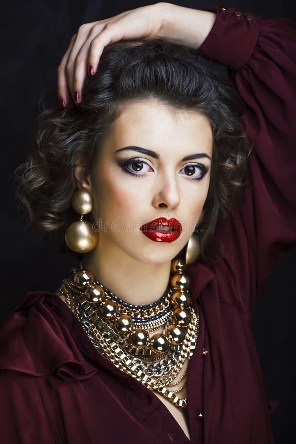 有很多金首饰的秀丽富有的深色的妇女, hispani 库存照片