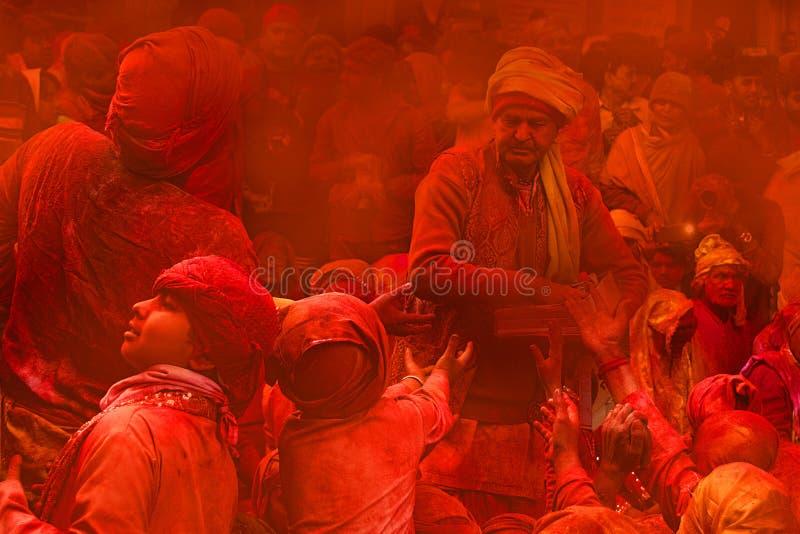 有很多颜色,在拉达拉妮寺庙,巴尔萨纳,印度的印度节日侯丽节 免版税库存图片