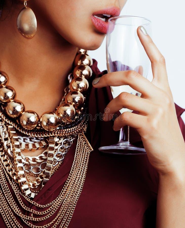 有很多jewelery的富有的深色的妇女,拉美裔 免版税图库摄影