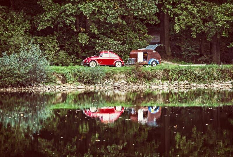 有微型有蓬卡车的红色历史的汽车被反射,老过滤器 免版税库存图片