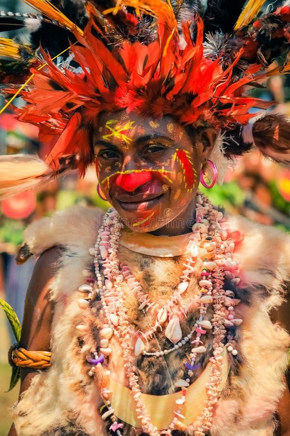 有微笑的妇女和羽毛在巴布亚新几内亚 图库摄影