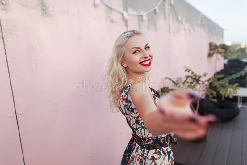 有微笑的愉快的美丽的少妇葡萄酒时尚 免版税库存照片