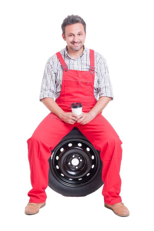 有微笑的汽车机械师咖啡休息 库存图片