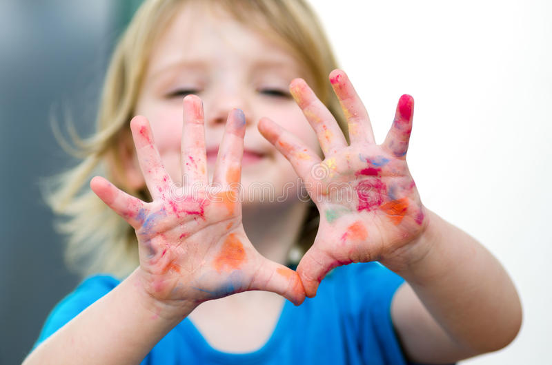 有微笑陈列的逗人喜爱的学龄前儿童女孩上色了手 Selectiv 免版税库存照片