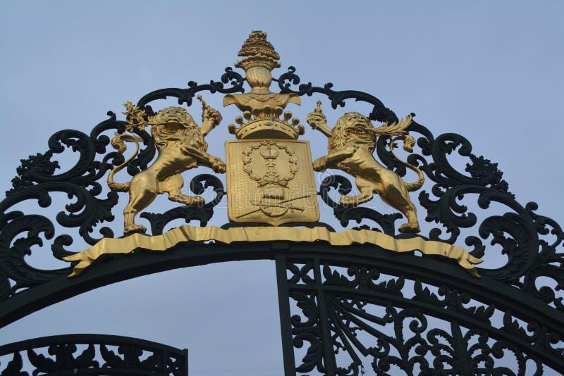 有徽章的门和狮子 图库摄影