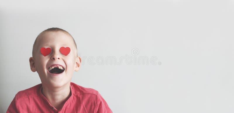 有心形爱的神色的愉快的男孩 库存图片