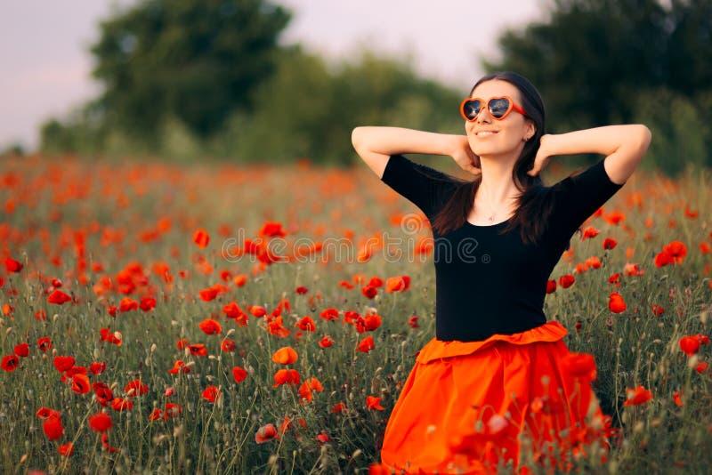 有心形的太阳镜的愉快的妇女享受自然的 图库摄影