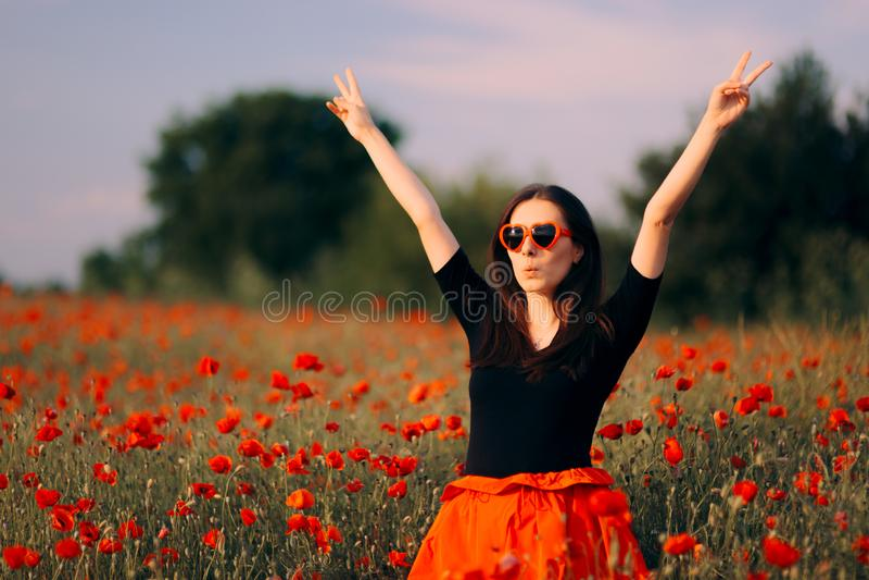有心形的太阳镜的愉快的妇女享受自然的 免版税图库摄影