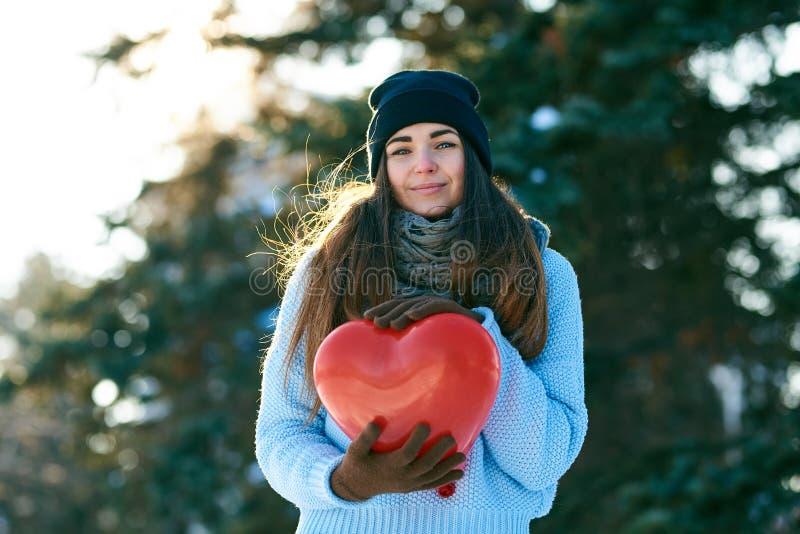 有心形的气球的美女在手上 图库摄影