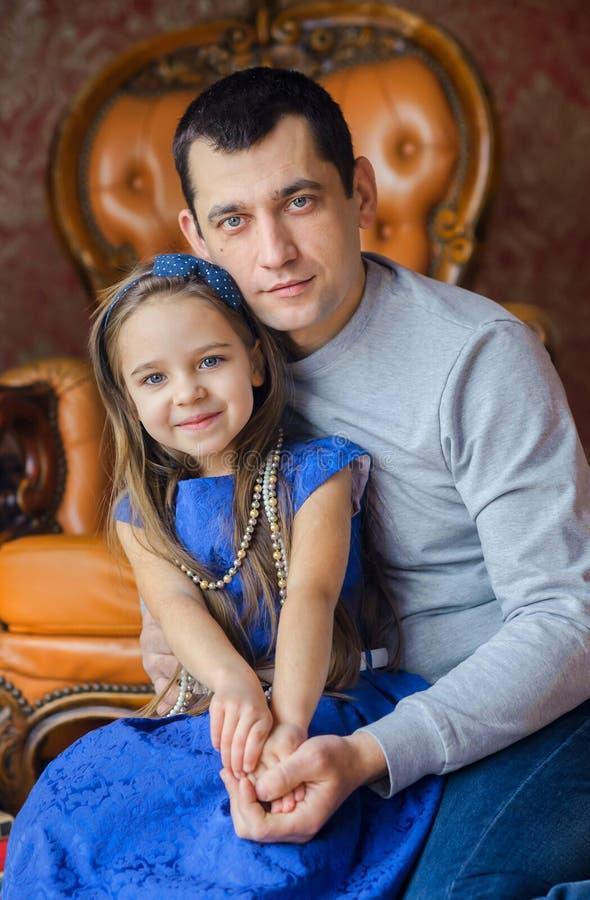 有心爱的女儿的父亲 免版税图库摄影