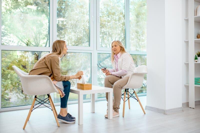 有心理学家的妇女在办公室 免版税库存图片