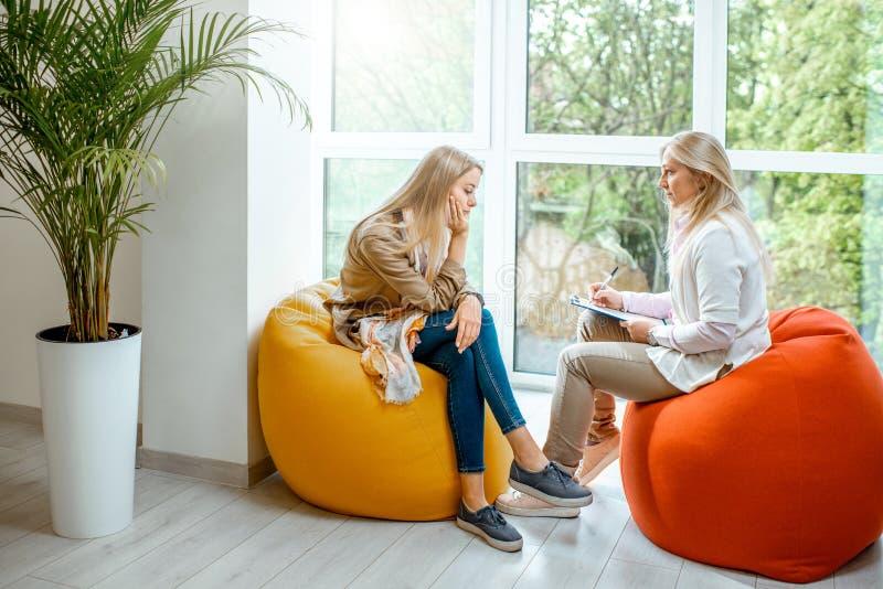 有心理学家的妇女在办公室 免版税库存照片