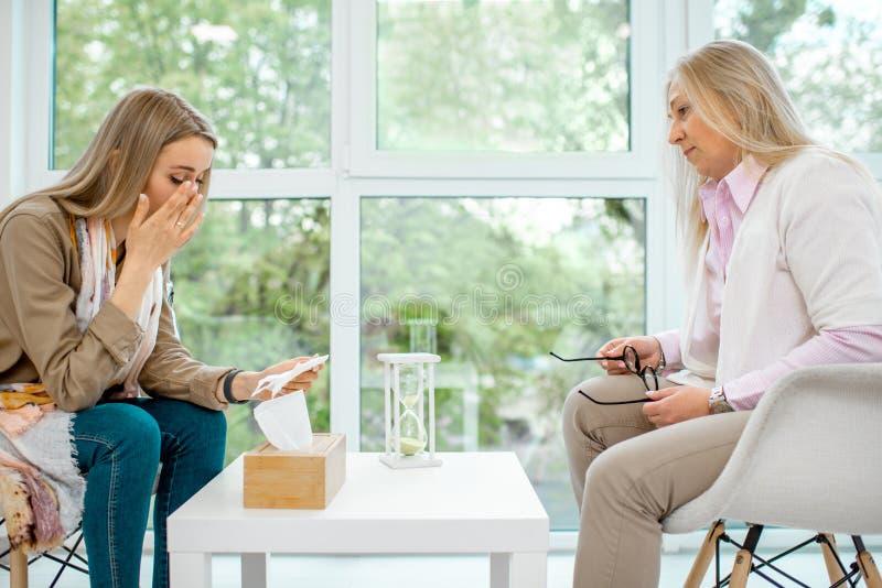 有心理学家的妇女在办公室 库存图片