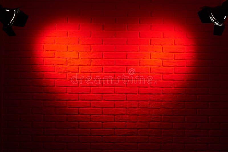 有心脏形状光线影响和阴影的,抽象背景照片,照明设备深红砖墙 库存照片
