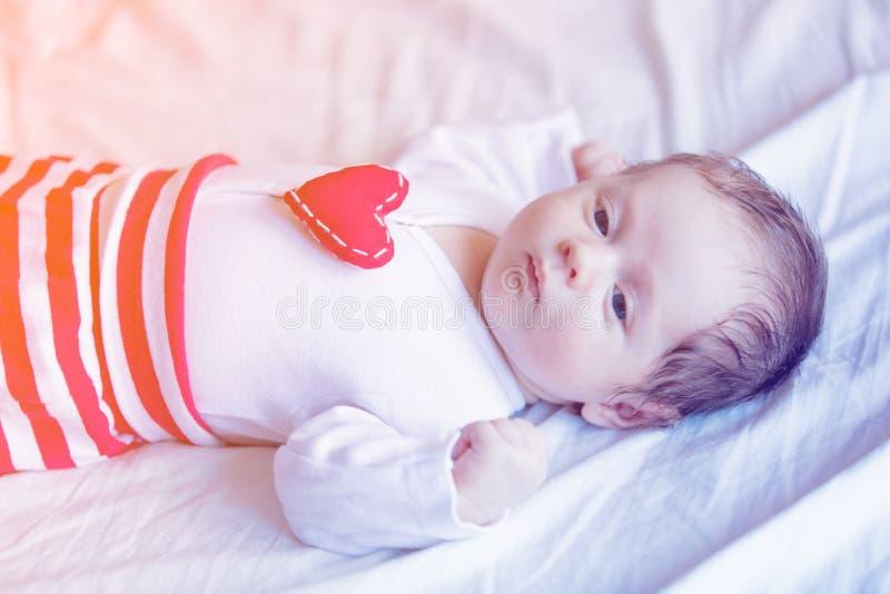 宝宝小心脏受不了图片_有心脏形状玩具的小婴儿在胸口