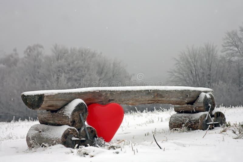 有心脏形状的气球在长凳下 库存图片