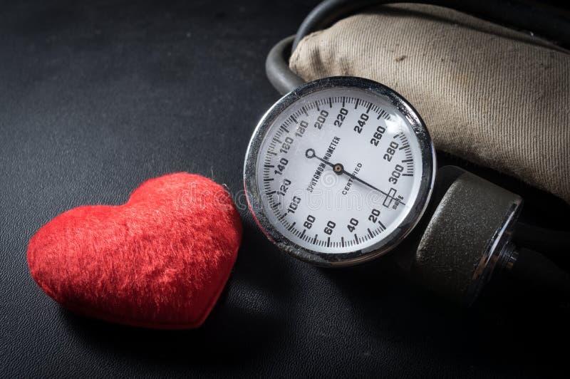 有心脏形状的老血压计 库存图片