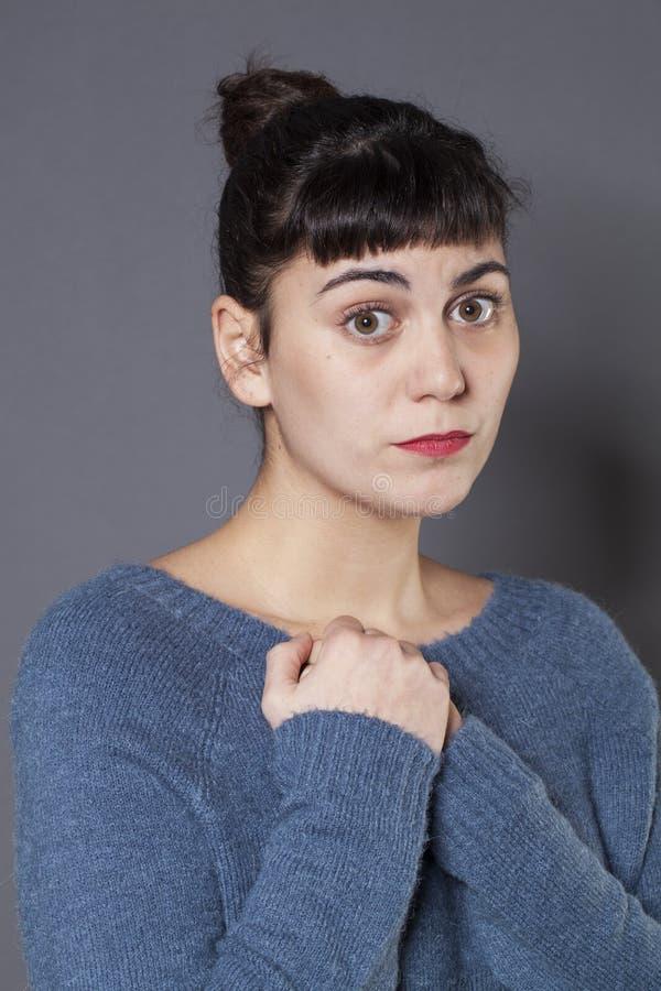 有心脏打破的感到的生气20s女孩抱歉和孤独 库存照片