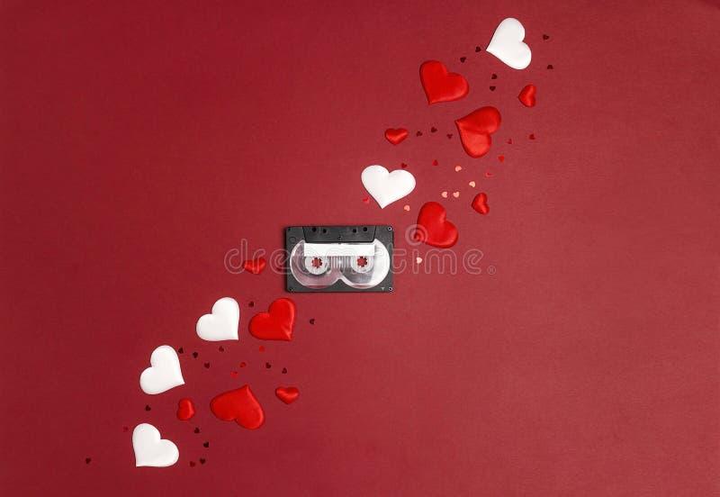 有心脏的卡型盒式录音机磁带在红色背景 歌曲标题的地方 浪漫背景音乐概念 库存图片