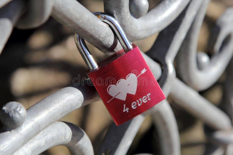 有心脏的婚姻的红色锁 库存照片