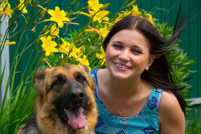 有忠实的朋友的微笑的少女花背景的  免版税库存图片