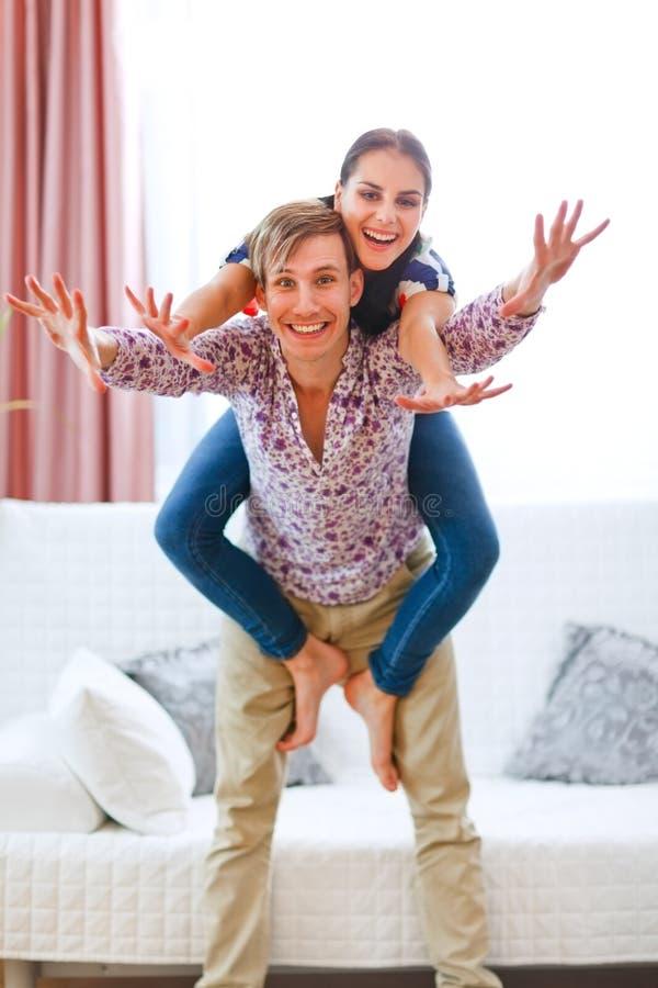 有快乐的夫妇的乐趣家庭 免版税库存照片