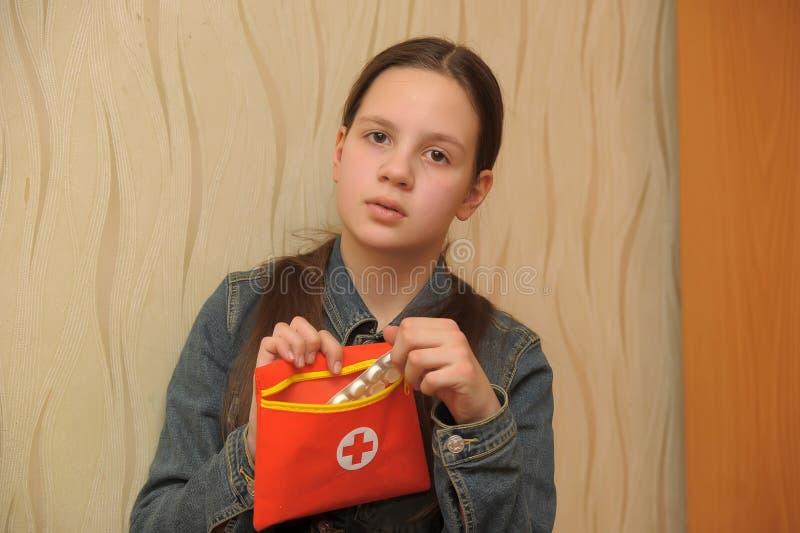 有急救工具的女孩 库存照片