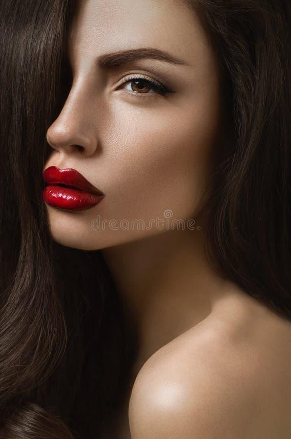 有性感的红色嘴唇的毫华深色的妇女 免版税库存照片