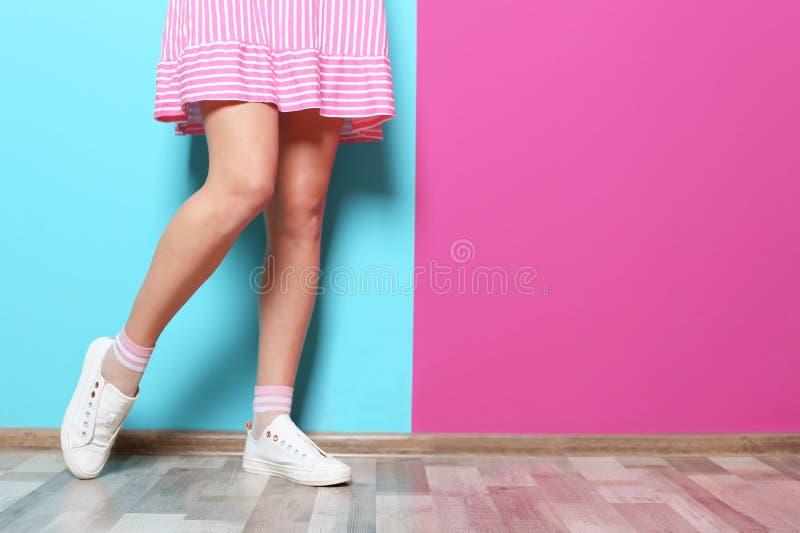有性感的腿的少妇临近墙壁 库存图片