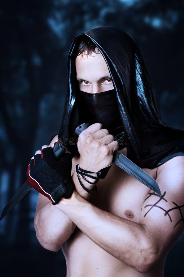 有性感的躯干的人刺客在屏蔽 免版税库存照片
