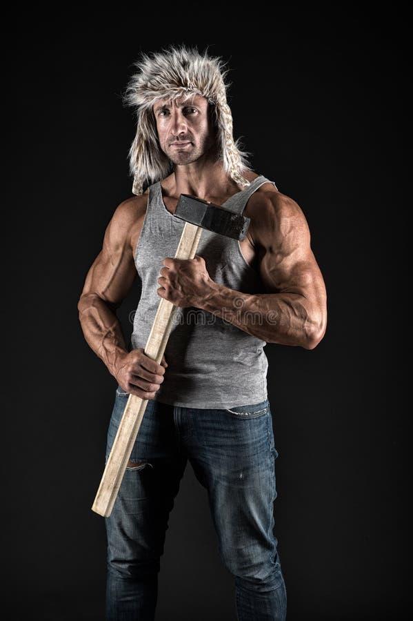 有性感的躯干的运动员有大锤的 有适合的躯干的人工作者 男性举行大锤 力量和能量概念 免版税图库摄影