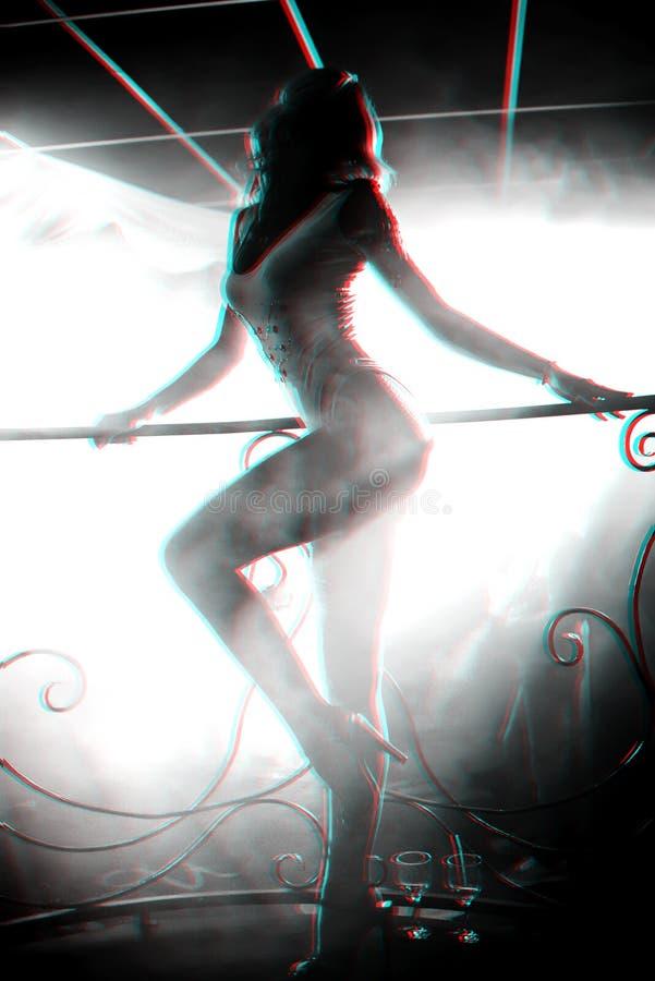 有恰好摆在夜总会阶段的热的身体的苗条少女舞蹈家  免版税库存图片