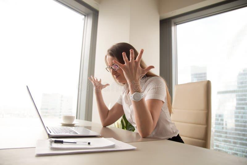 有恼怒的女实业家计算机,打破的膝上型计算机的问题, 库存图片