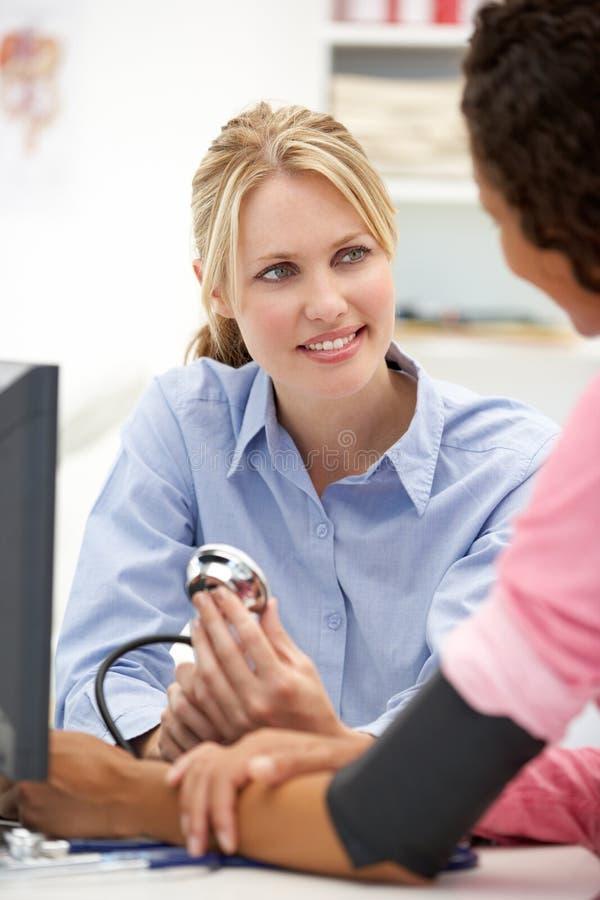 有患者的新女性医生 免版税库存照片